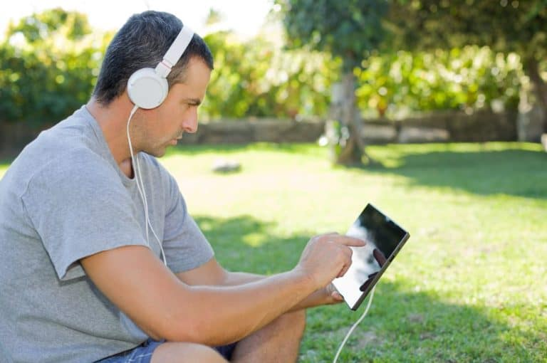 Types of Bass Headphones - on ear headphone