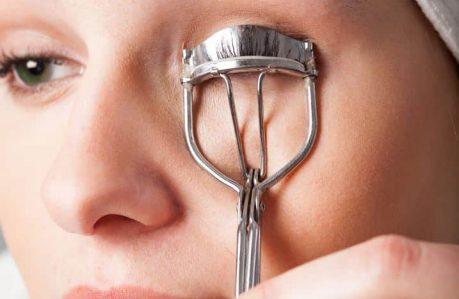Benefits of Using an Eyelash Curler - keep pinching