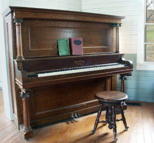 Types of Keyboard Pianos - Upright